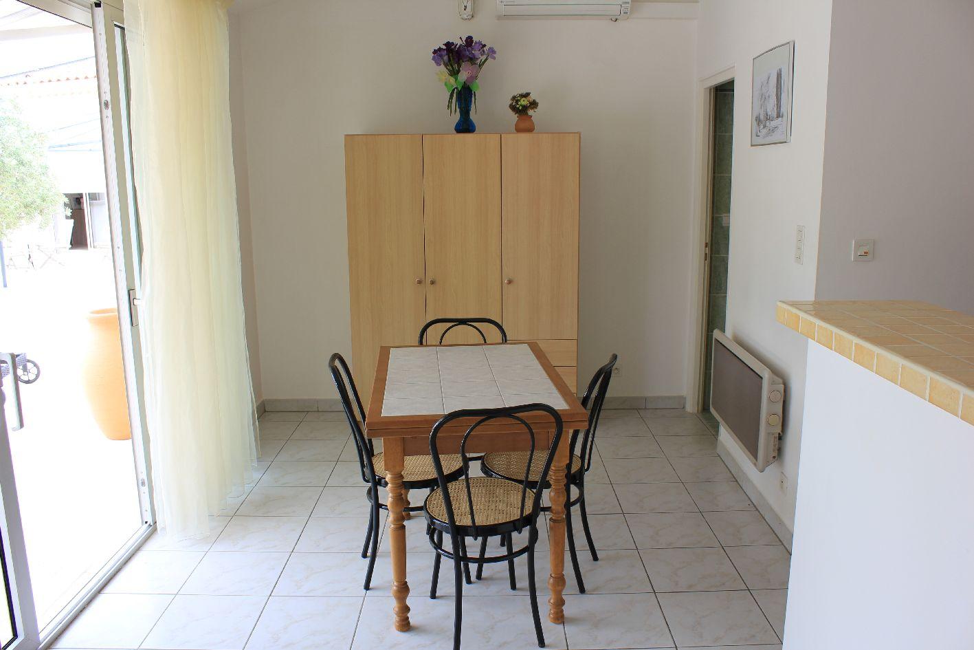 Descriptif de la location saisonniere en provence avignon - La salle a manger salon de provence ...